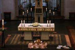 Rieden Германия 15 04 Установка 2018 алтара с Иисусом Христосом на перекрестном виде за алтаром местной церков Rieden Стоковое Фото
