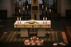 Rieden Германия 15 04 Установка 2018 алтара с Иисусом Христосом на перекрестном виде за алтаром местной церков Rieden Стоковые Фотографии RF