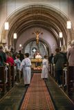 Rieden Niemcy 15 04 2018 księdza mienia nabożeństwo kościelne przed tłumem w theinterior kościół Obraz Royalty Free