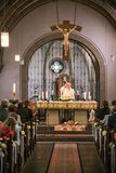 Rieden Niemcy 15 04 2018 księdza mienia nabożeństwo kościelne przed tłumem w theinterior kościół Zdjęcie Royalty Free
