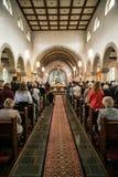 Rieden Tyskland 15 04 Hållande gudstjänst 2018 för präst som är främst av folkmassan i theinterior av en kyrka Royaltyfri Fotografi