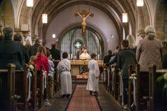 Rieden Tyskland 15 04 Hållande gudstjänst 2018 för präst som är främst av folkmassan i theinterior av en kyrka Royaltyfri Bild