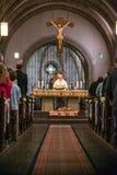 Rieden Tyskland 15 04 Hållande gudstjänst 2018 för präst som är främst av folkmassan i theinterior av en kyrka Royaltyfri Foto