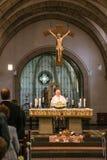 Rieden Tyskland 15 04 Hållande gudstjänst 2018 för präst som är främst av folkmassan i theinterior av en kyrka Arkivfoton