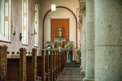 Rieden Tyskland 15 04 2018 som inre av en enkel kyrka med den tomma platsen ror Royaltyfria Bilder