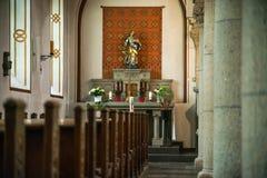 Rieden Tyskland 15 04 2018 som inre av en enkel kyrka med den tomma platsen ror Royaltyfri Foto