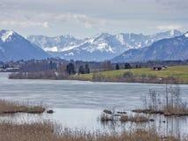 Riegsee - hed sjö i utlöparen av fjällängarna royaltyfri foto