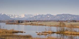Riegsee - hed sjö i utlöparen av fjällängarna fotografering för bildbyråer