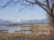 Riegsee - hed sjö i utlöparen av fjällängarna royaltyfria bilder