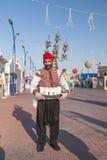 Riegue al vendedor en el pueblo global en Dubai Imagen de archivo libre de regalías