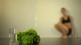 Riegue ayunando, la comida cruda de la dieta, conciencia perdidosa agotada de la muchacha en fondo metrajes