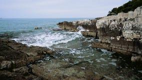 Riegue del mar que golpea contra rocas, cámara lenta almacen de video