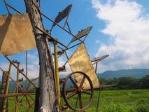 Riegue el campo de la turbina hidráulica y del arroz con el cielo azul agradable Imagenes de archivo