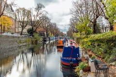 Riegue el canal y las reflexiones en poca Venecia en Londres Imagen de archivo