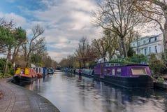 Riegue el canal y las reflexiones en poca Venecia en Londres Imagenes de archivo