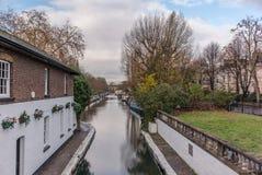 Riegue el canal y las reflexiones en poca Venecia en Londres Fotos de archivo