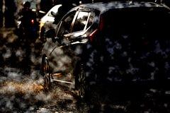Riegue el chapoteo con el coche en el camino inundado después de lluvias fotos de archivo