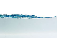 Riegue el chapoteo con las burbujas del aire, aisladas en el fondo blanco Fotos de archivo libres de regalías
