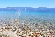 Riegue el chapoteo en el agua cristalina de Peloponeso Grecia imagen de archivo libre de regalías