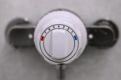 Riegue el cierre termostático del regulador del poder y del calor para arriba Fotos de archivo libres de regalías