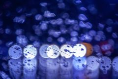 Riegue el descenso en el ciánico azul obscurecida del color abstracto de cristal Imagen de archivo libre de regalías
