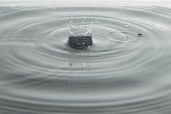 Riegue el descenso que baja en el agua Fotografía de archivo