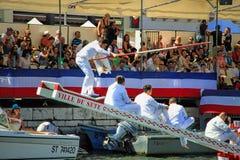 Riegue el funcionamiento Jousting durante el festival de StLouis en el stree Foto de archivo libre de regalías