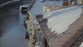 Riegue el funcionamiento sobre el tejado que cuelga abajo con descensos del agua almacen de video