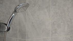 Riegue el grifo que expulsa el agua en un baño, recursos naturales almacen de metraje de vídeo