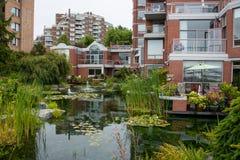 Riegue el jardín en el complejo de viviendas, Victoria, Canadá Foto de archivo libre de regalías