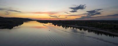 Riegue el paisaje con la flotación rio abajo en barco Foto de archivo libre de regalías