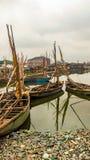 Riegue el paisaje con las canoas en el modelo del muelle Imágenes de archivo libres de regalías