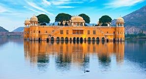 Riegue el palacio en el día - Jal Mahal Rajasthan, Jaipur, la India Foto de archivo