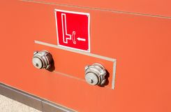 Riegue el tanque de la válvula de conexión y de advertencia del cuerpo de bomberos de FDC Imagen de archivo