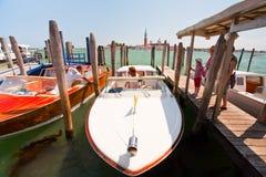 Riegue el taxi en el canal de San Marco en Venecia Foto de archivo