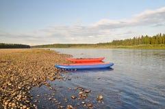 Riegue el viaje en el río Schugor en la república de Komi Imagen de archivo libre de regalías