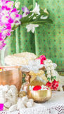 Riegue en el cuenco mezclado con perfume y flores Foto de archivo