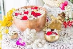 Riegue en el cuenco mezclado con perfume y flores Imagen de archivo libre de regalías