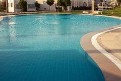 Riegue en el fondo de la piscina, vacaciones en Egipto Imagenes de archivo