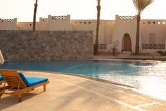 Riegue en el fondo de la piscina, vacaciones en Egipto Foto de archivo libre de regalías