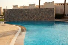 Riegue en el fondo de la piscina, vacaciones en Egipto Imágenes de archivo libres de regalías