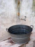 Riegue en el lavabo Fotos de archivo libres de regalías