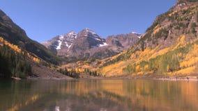 Riegue en la parte inferior del valle del otoño en álamo temblón almacen de metraje de vídeo