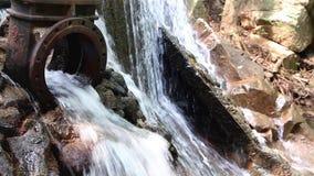 Riegue fluir de un dique del dren en un arroyo almacen de metraje de vídeo