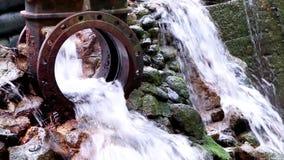 Riegue fluir de un dique del dren en un arroyo almacen de video