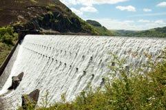 Riegue fluir sobre las presas del valle del brío de País de Gales Fotografía de archivo