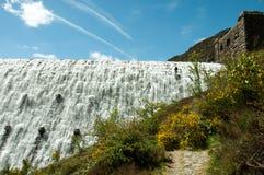 Riegue fluir sobre las presas del valle del brío de País de Gales Fotografía de archivo libre de regalías