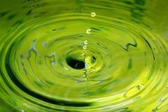 Riegue la abstracción del descenso como las perlas que caen abajo a una charca Fotografía de archivo libre de regalías