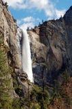 Riegue la caída adentro con las rocas y las montañas en Yosemite Imagen de archivo