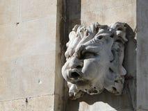 Riegue la cabeza que sopla, detalle arquitectónico de la fuente vieja en Dubr Imagenes de archivo